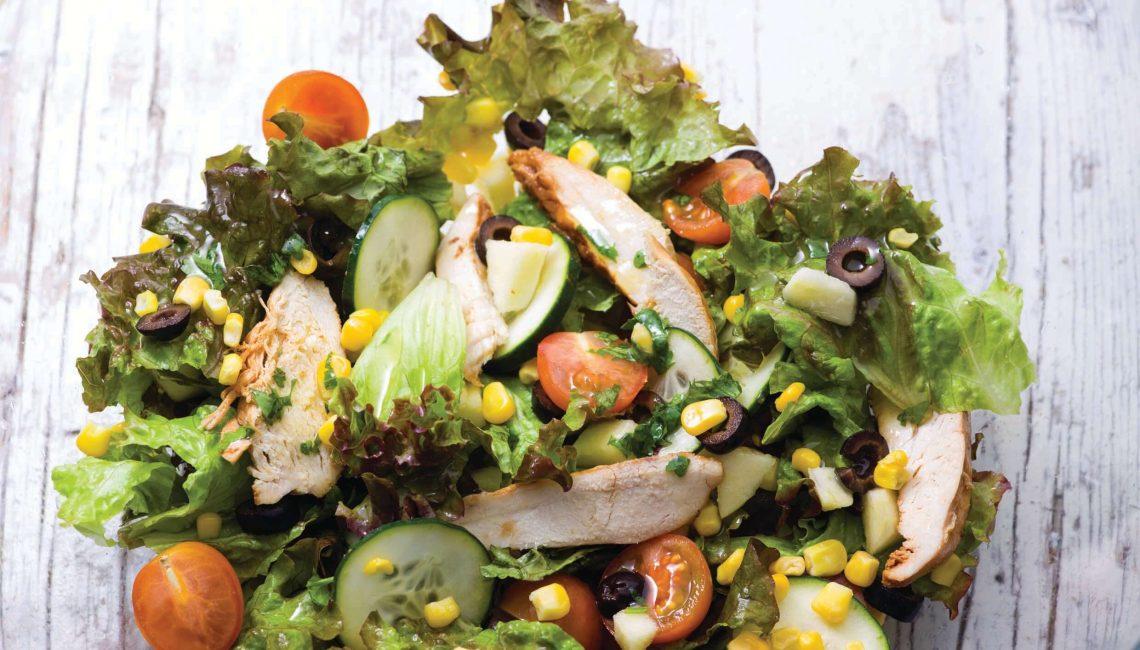 Salada de frango e endívias com milho e tomate-cereja