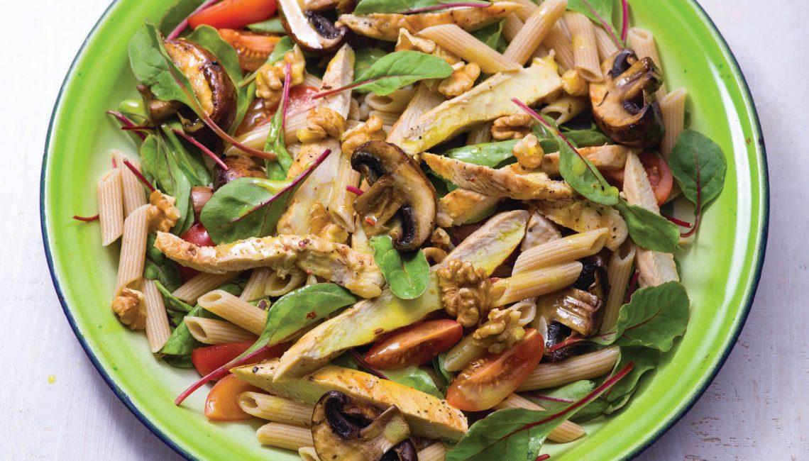 Salada de frango grelhado e macarronete integral com espinafres e nozes