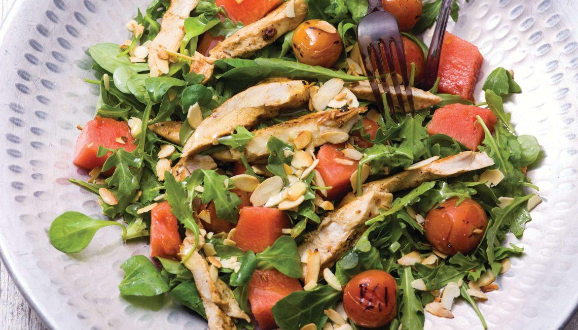Salada de frango e melancia com canónigos, rúcula e tomate-cereja grelhado