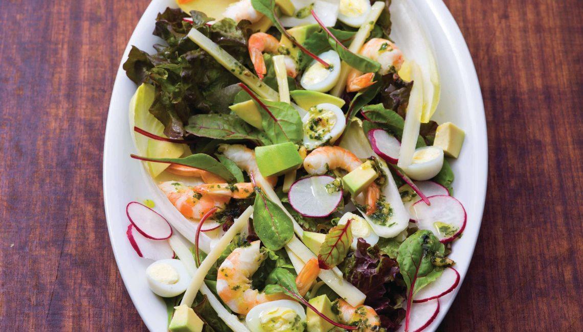 Salada de gambas e abacate com palmito e ovos de codorniz
