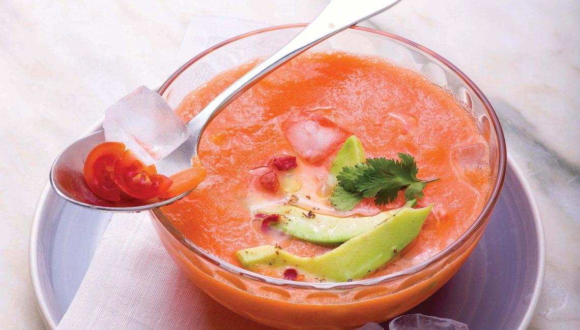 Sopa fria de cenoura com salada de abacate e coentros
