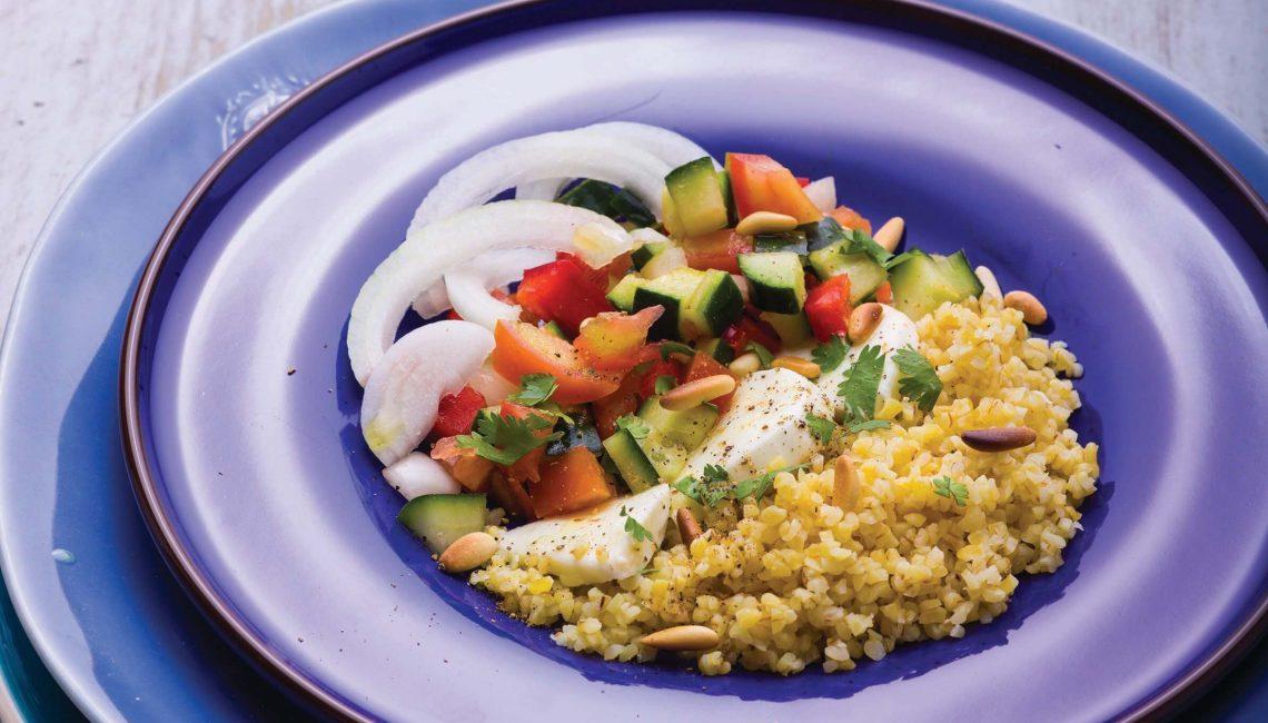 Salada saborosa de bulgur com mozarela e legumes