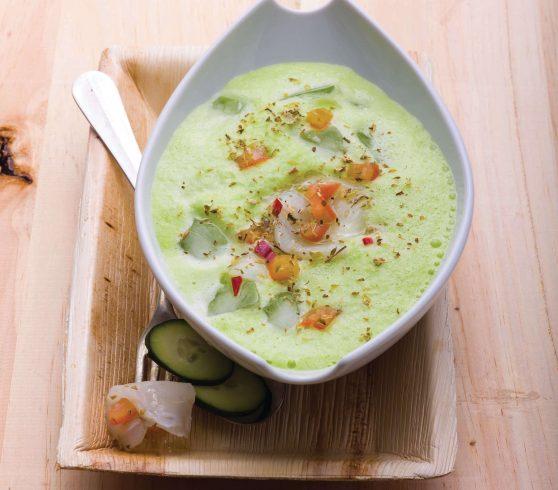Sopa fria de pepino e pimento verde com carpaccio de bacalhau e tomate