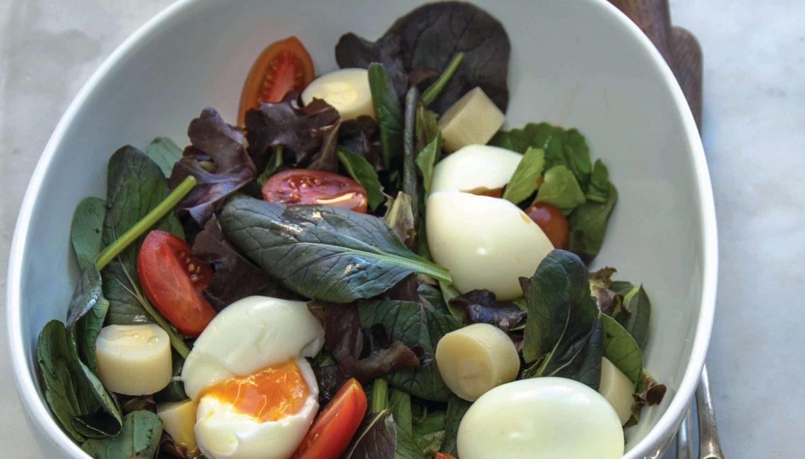 Salada tépida de ovos quentes com folhas verdes tenras