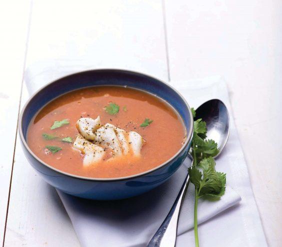 Sopa rica de peixe com coentros