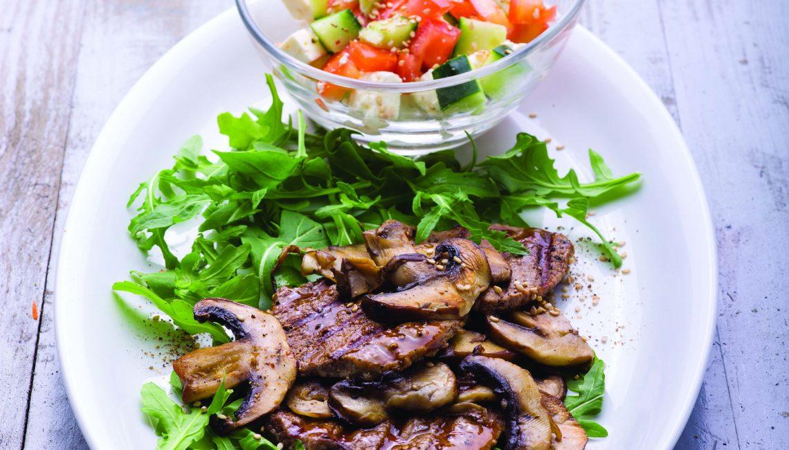 Bifinhos de vitela recheados de rúcula e cogumelos com salada fresca de tomate e feta