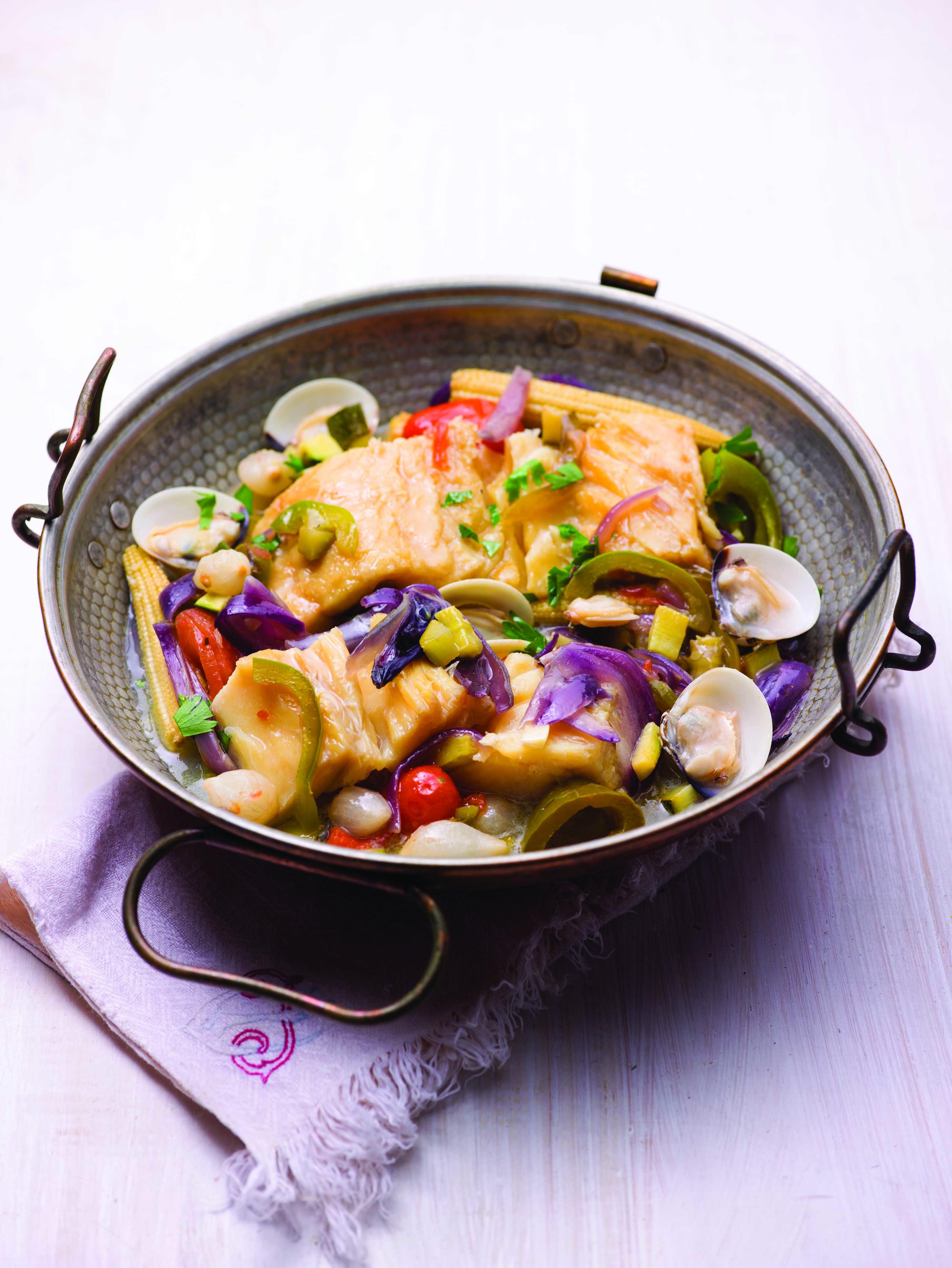 Cataplana de bacalhau fresco com amêijoas e legumes-bebé