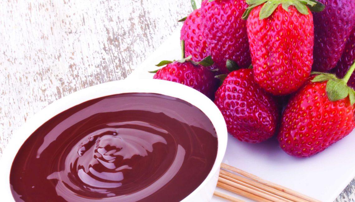 Espetos de morango com chocolate negro e amêndoas crocantes