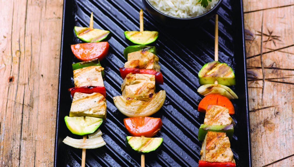 Espetadas de tofu e vegetais