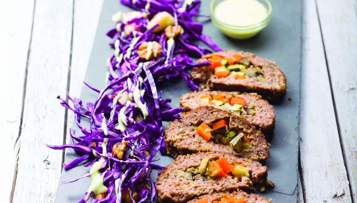 Rolo de carne recheado com salada de couve roxa