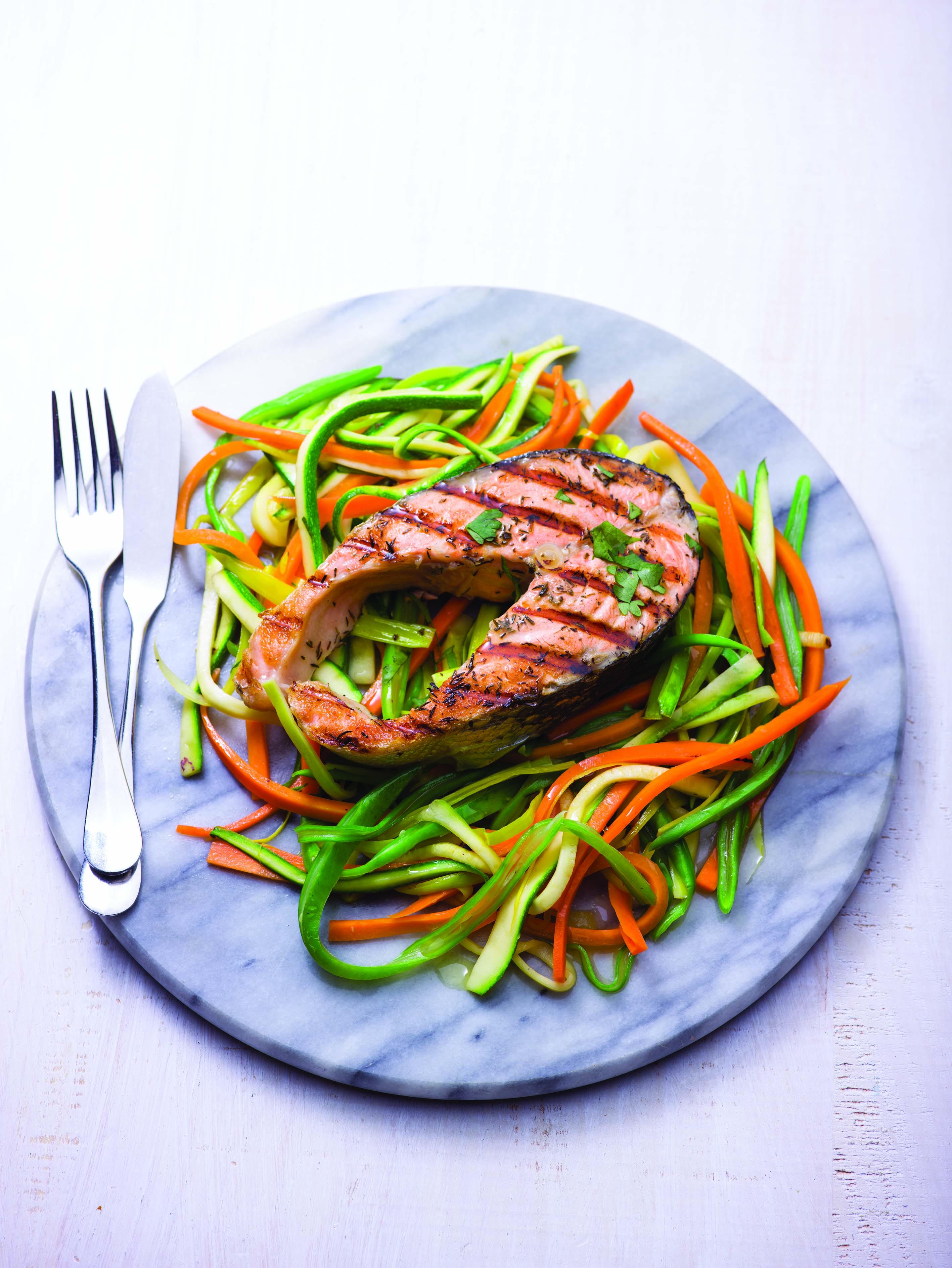 Salmão grelhado com noodles de legumes